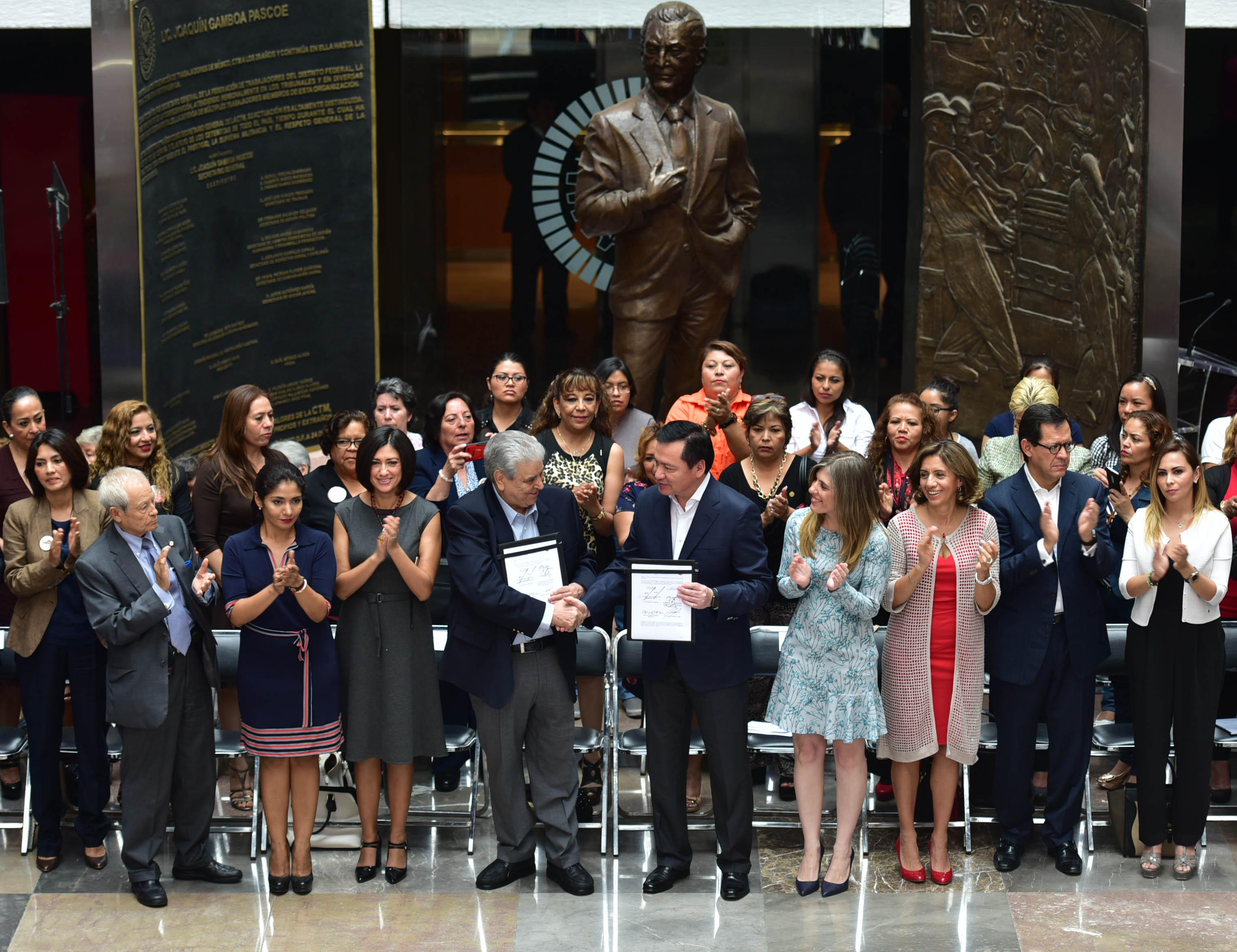 El Secretario de Gobernación, Miguel Ángel Osorio, durante la firma de convenio con la CTM en Materia de Acciones para Prevenir y Erradicar la Violencia contra las Mujeres