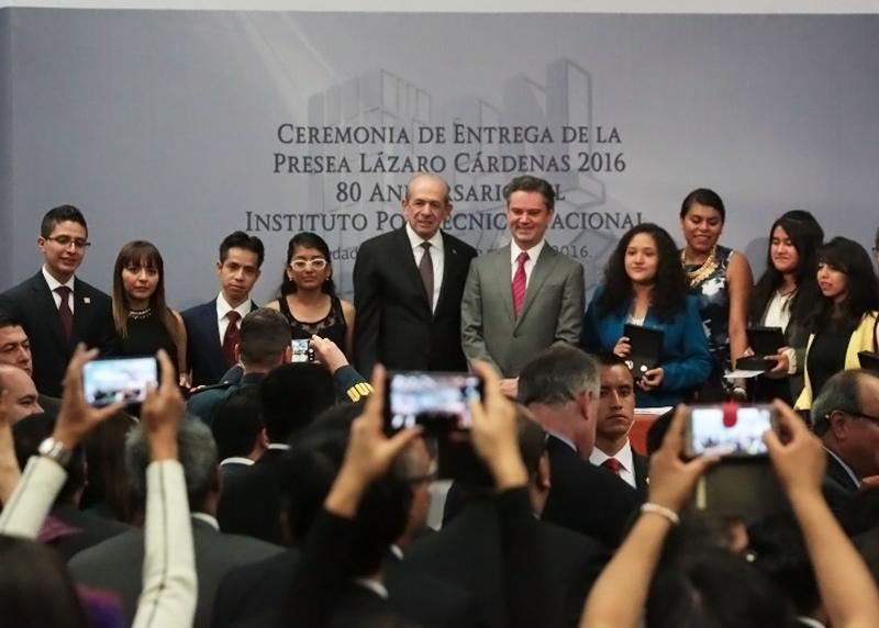 Asiste a la entrega de la Presea Lázaro Cárdenas 2016, en el 80 aniversario del instituto