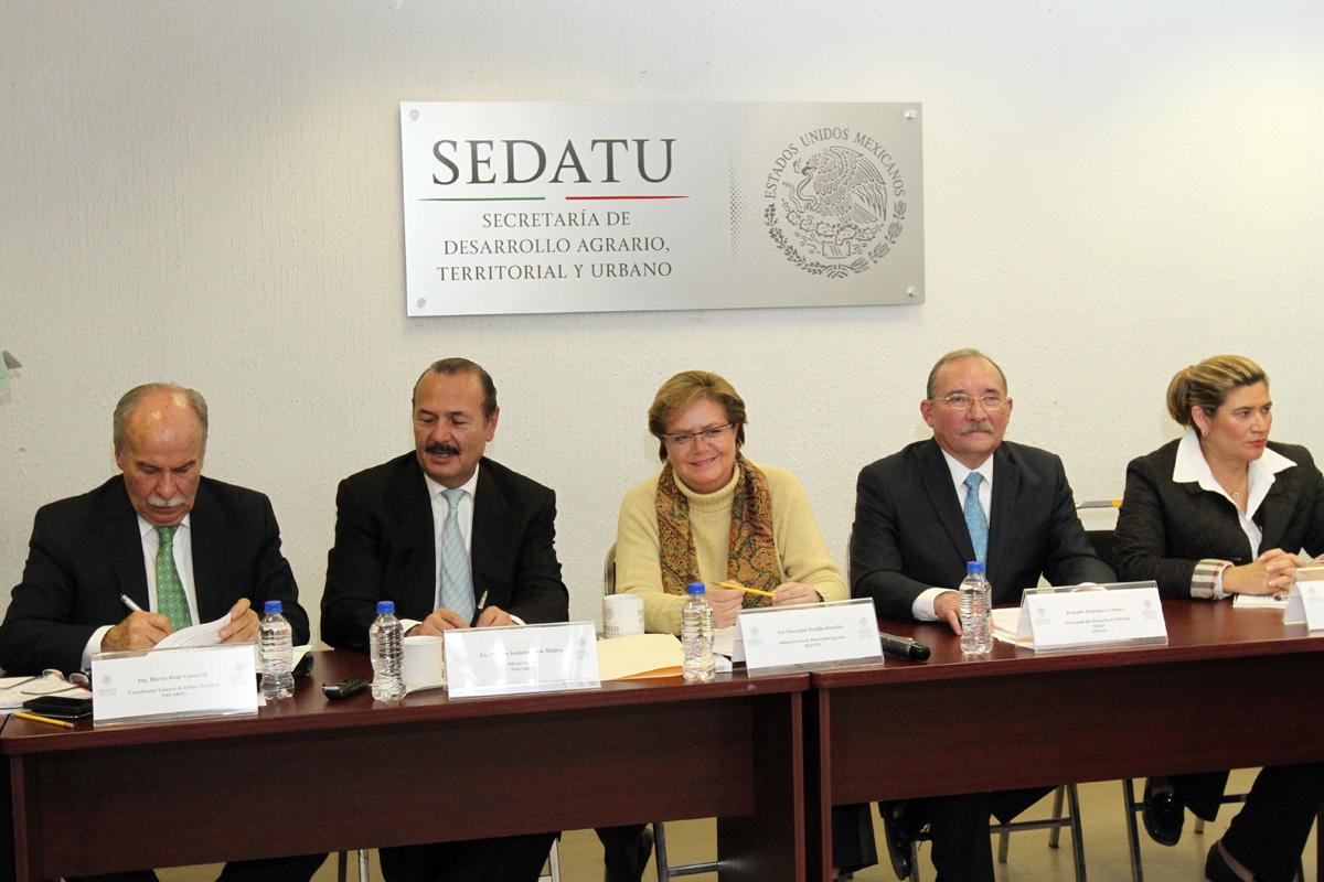 La subsecretaria de Desarrollo Agrario de la SEDATU, Georgina Trujillo Zentella, y el oficial mayor de la SAGARPA, Marcos Bucio Mújica, firmaron el convenio de transferencia y el acta de entrega recepción de los programas.