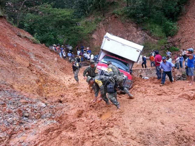 Brigadas de Sedesol continúan apoyando comunidades de la región de La Montaña, muchas de ellas de difícil acceso, para llevar la ayuda necesaria y garantizar el pronto regreso a la normalidad.