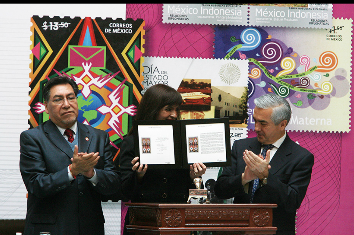La directora general de SEPOMEX, Yuriria Mascott, y Carlos Almada activaron el Portal del Acervo Filatélico, Colección Nacional, de Correos de México