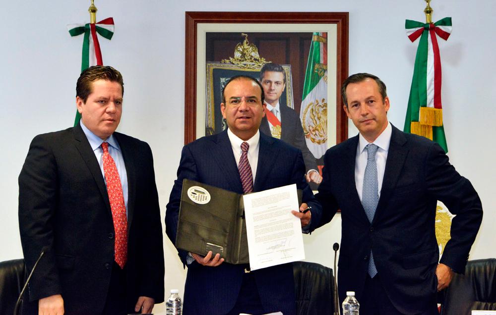 El Titular de la STPS informó que la empresa Aerovías de México (Aeroméxico) y la Asociación Sindical de Sobrecargos de Aviación de México (ASSA) acordaron un incremento del 4.2% al salario más 3.1% en prestaciones apiramidadas.