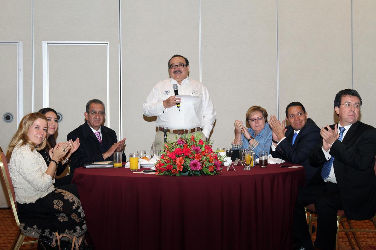 El titular de la Secretaría de Desarrollo Agrario, Territorial y Urbano (SEDATU), Jorge Carlos Ramírez Marín con delegados de la dependencia y líderes campesinos.