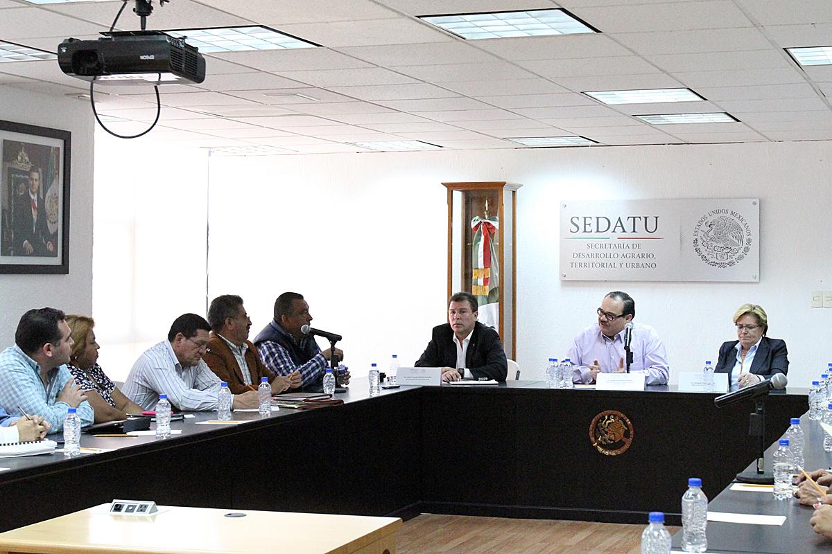 El secretario de Desarrollo Agrario, Territorial y Urbano, Jorge Carlos Ramírez Marín, y la dirigencia nacional de la Unión Nacional de Trabajadores Agrícolas (UNTA), encabezada por Álvaro López.