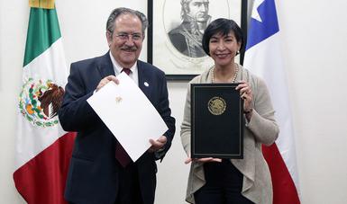 La Subsecretaria para América Latina y el Caribe con el Emb. de ChIle sostienen el acuerdo