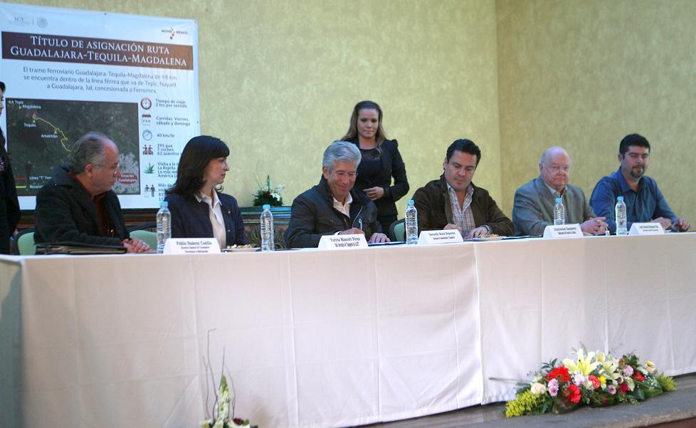 Entrega Ruiz Esparza a Jalisco título de asignación de la vía férrea Guadalajara-Tequila-Magdalena