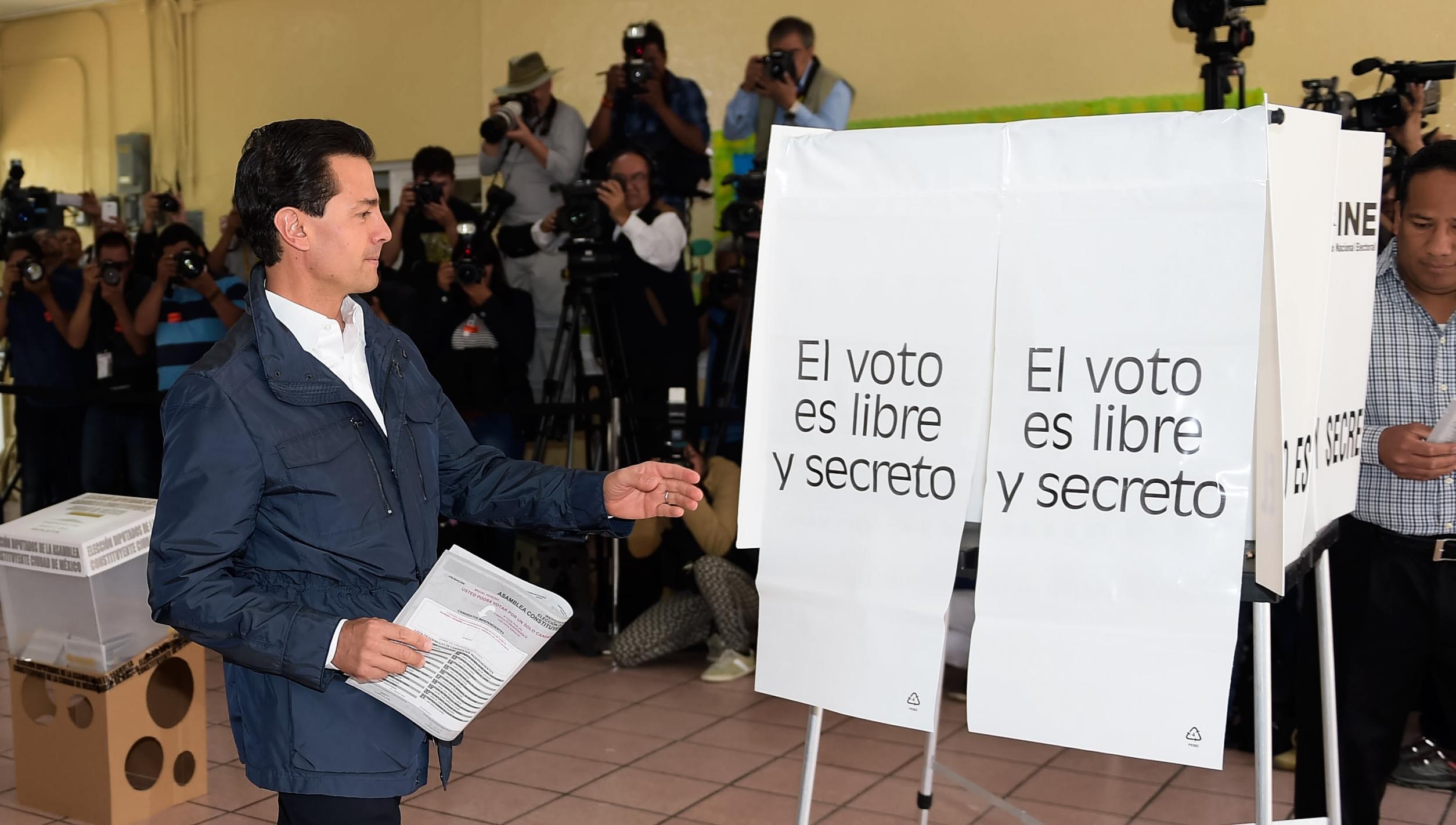 """Acompañado de su esposa, Angélica Rivera de Peña, y de su hijo Alejandro, el Primer Mandatario depositó su voto en la casilla ubicada en la escuela """"El Pípila""""."""