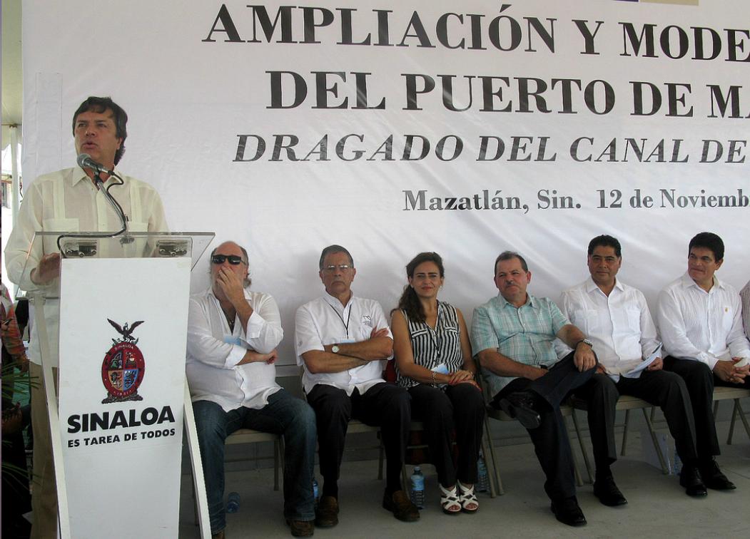 Guillermo Ruiz de Teresa, coordinador general de Puertos y Marina Mercante dio el banderazo de inicio para el dragado del canal de navegación del Puerto de Mazatlán