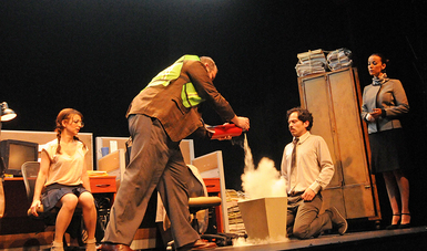 El dramaturgo dijo que una de las cosas más difíciles es usar humor negro y hacer que el público se preocupe por los personajes
