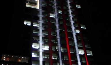 El edificio de la Secretaría de Relaciones Exteriores (SRE), se iluminó esta noche con los colores de la bandera de los Estados Unidos de América (EE.UU.)