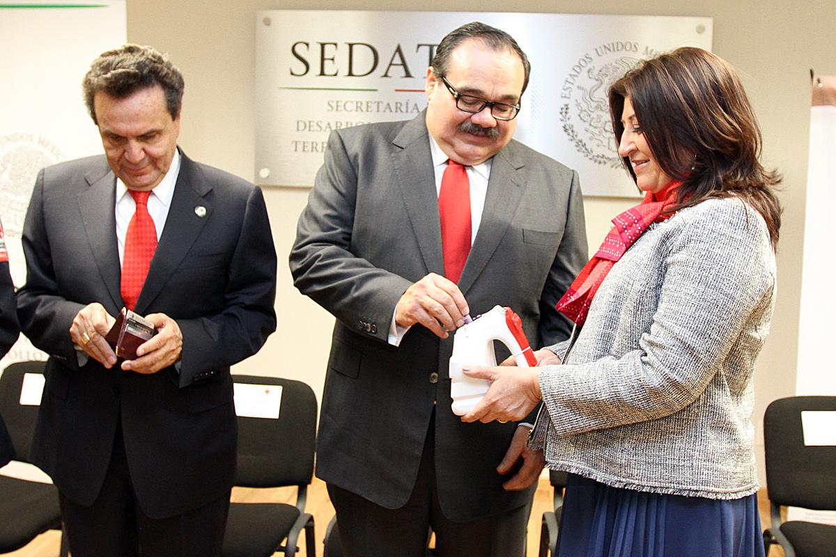 El secretario Ramírez Marín realizando el primer donativo.