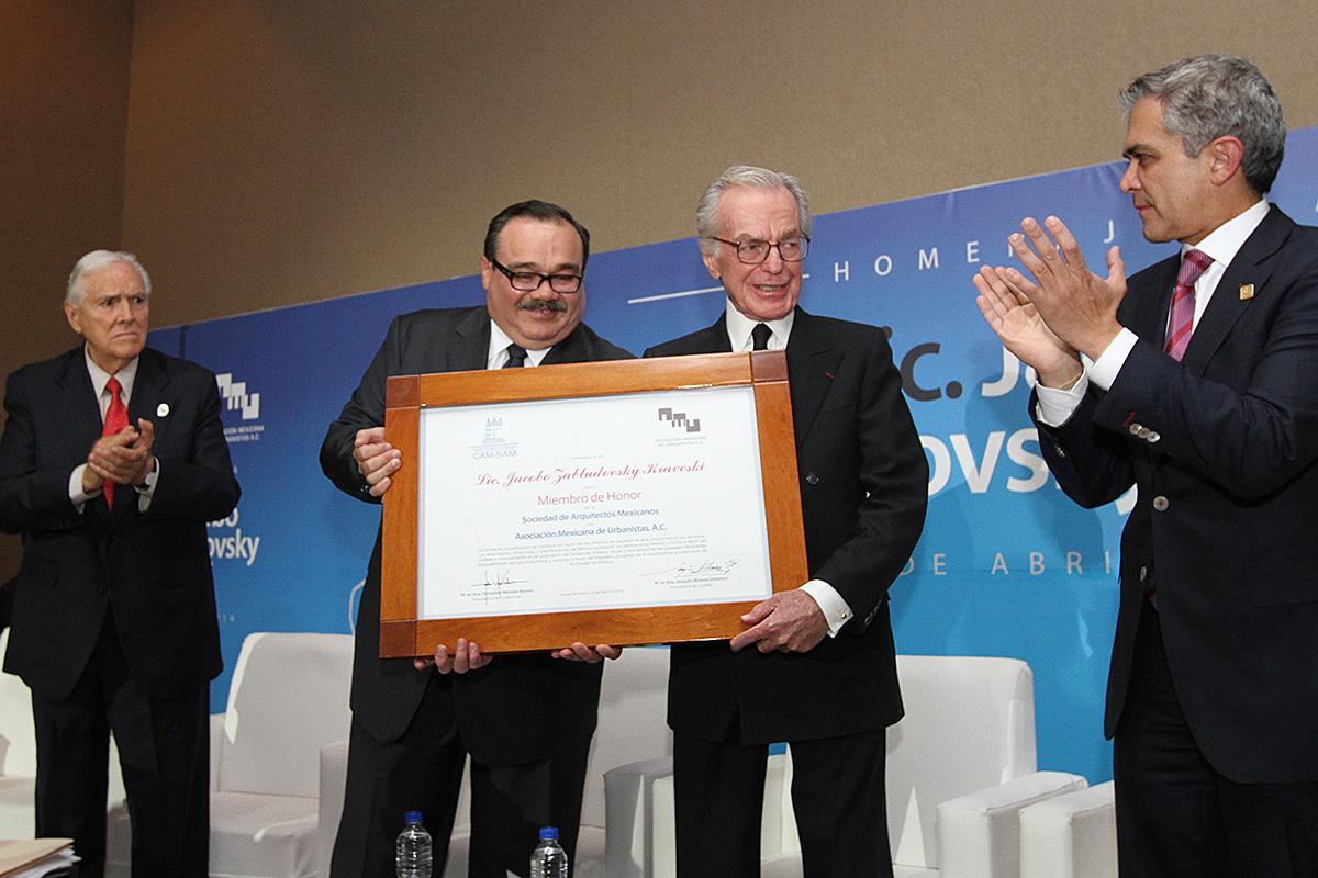 El titular de la SEDATU entregó al periodista Jacobo Zabludovsky un reconocimiento como miembro de la Asociación Mexicana de Urbanistas y la Sociedad de Arquitectos Mexicanos.