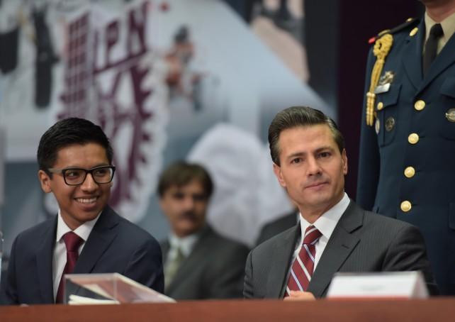 Presidente Peña Nieto en el presidium el Día del Politécnico