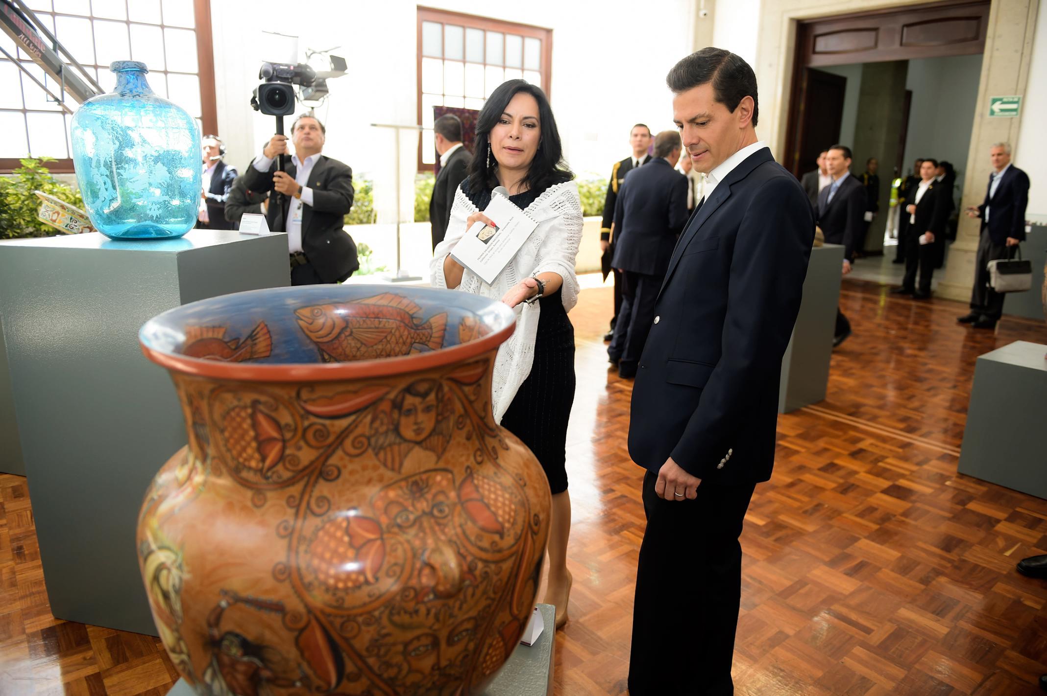 El Primer Mandatario recorre la exposición con algunas de las piezas ganadoras del Concurso Nacional de Arte Popular.