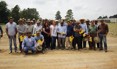 La Canciller en compañía de un grupo de trabajadores del campo de Carolina del Norte.