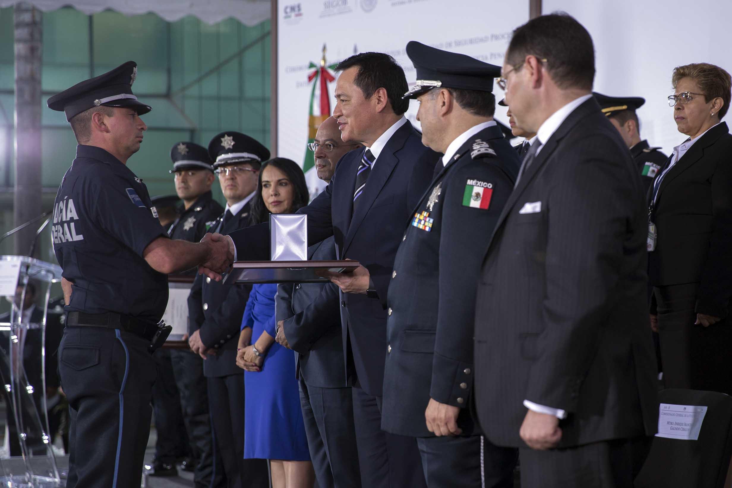 El Secretario de Gobernación, Miguel Ángel Osorio Chong, encabezó la Ceremonia de Graduación de Elementos de la Unidad de Seguridad Procesal, y Entrega de Equipo de Criminalística para el Sistema de Justicia Penal.