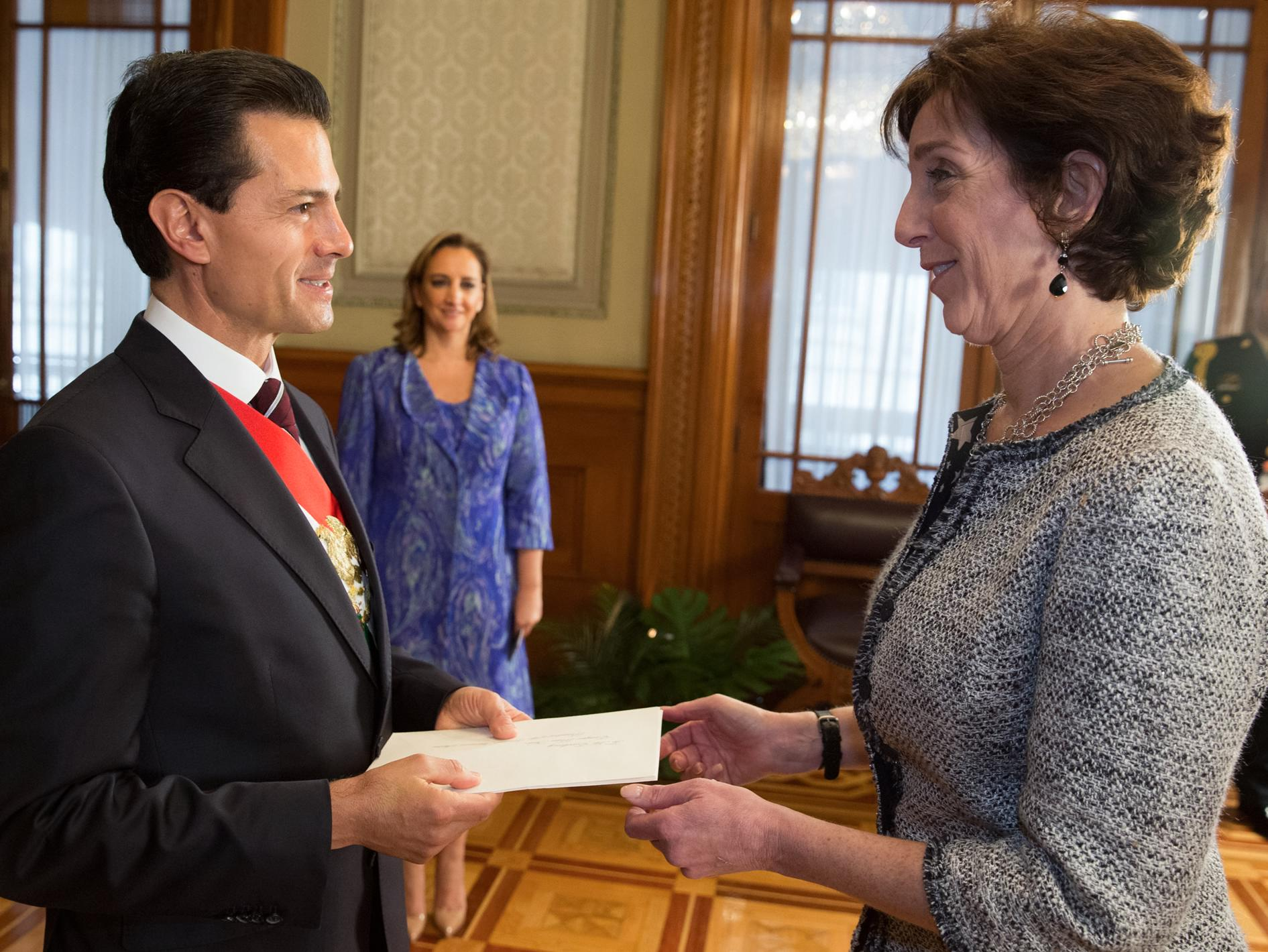The president receives the credentials of US Ambassador Roberta Jacobson.