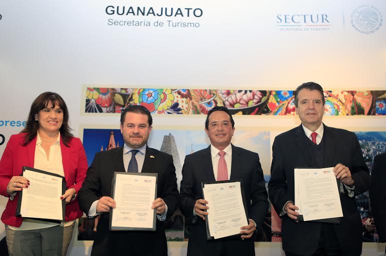 El subsecretario de Innovación y Desarrollo Turístico de SECTUR, Carlos Joaquín González, junto con el titular de Turismo del estado, Fernando Olivera Rocha inauguraron la exposición temporal de Guanajuato en Punto México.