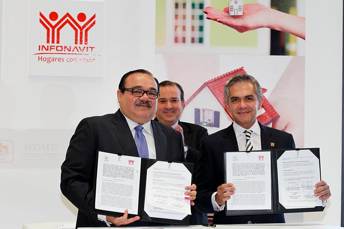 El secretario de Desarrollo Agrario, Territorial y Urbano (SEDATU), Jorge Carlos Ramírez Marín y el jefe de Gobierno de la Ciudad de México, Miguel Ángel Mancera Espinosa.