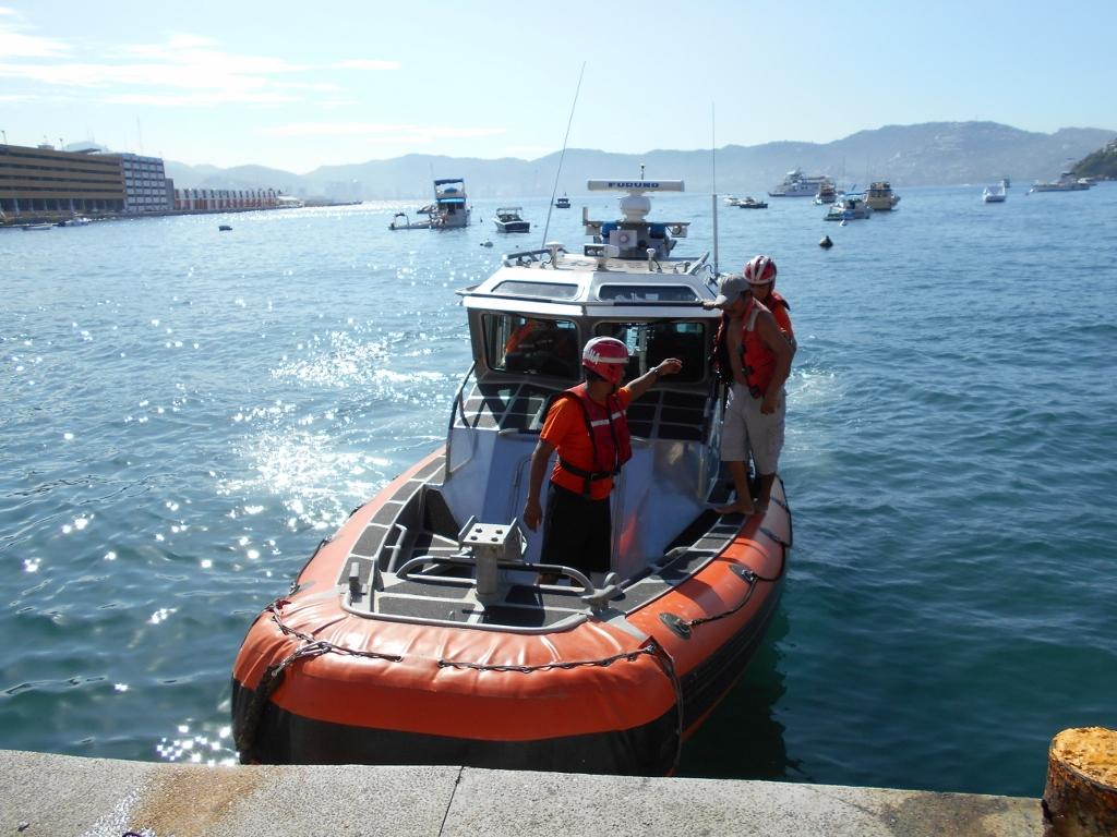 SEMAR brinda auxilio a pescador en Acapulco arrastrado por el mar de fondo