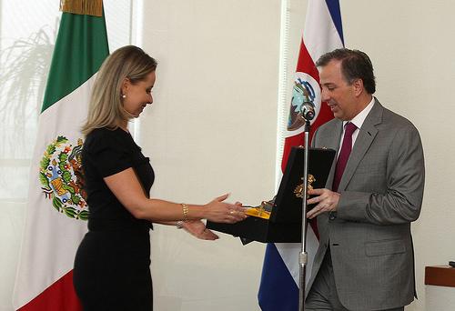 El canciller Meade entregó la condecoración de la Orden Mexicana del Águila Azteca a Gabriela Jiménez Cruz