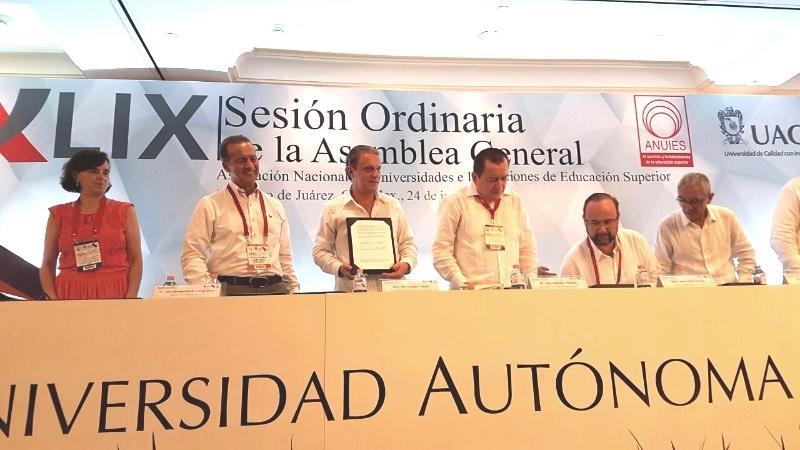 El subsecretario de Prevención y Participación Ciudadana de la Secretaría de Gobernación, Alberto Begné, firma de un convenio de colaboración con la ANUIES