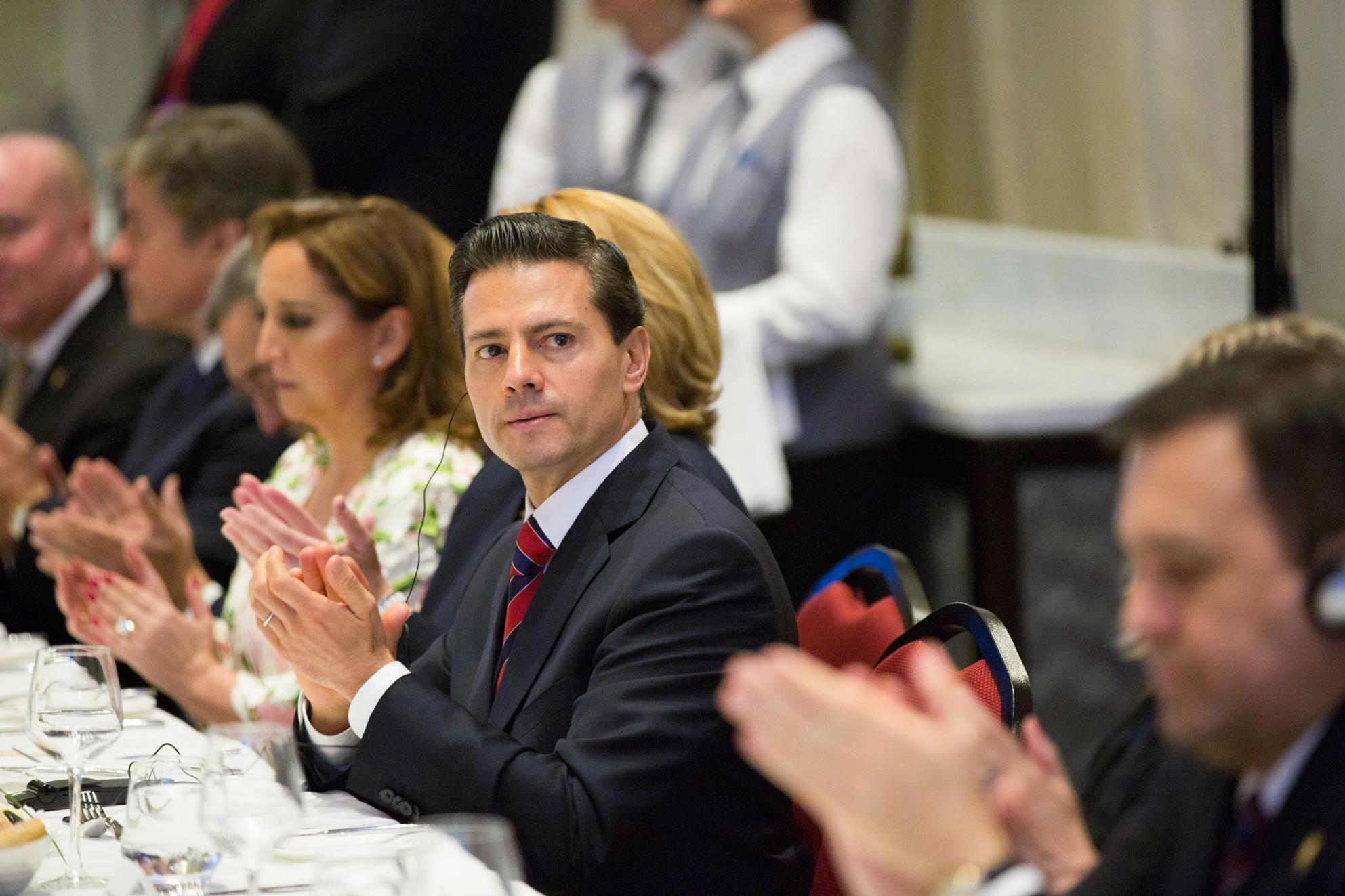 El Mandatario mexicano escucha las palabras Presidente del Consejo de Administración Cámara de Comercio e Industria de Quebec, Alain Aubut.