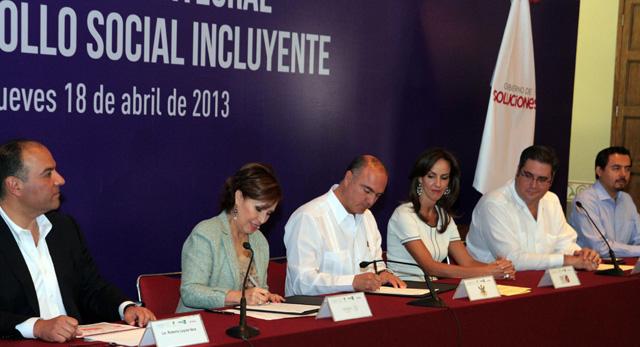 Firman Rosario Robles Berlanga y el gobernador de Querétaro  el Acuerdo Integral para el Desarrollo Social Incluyente-Cruzada Nacional Contra el Hambre.