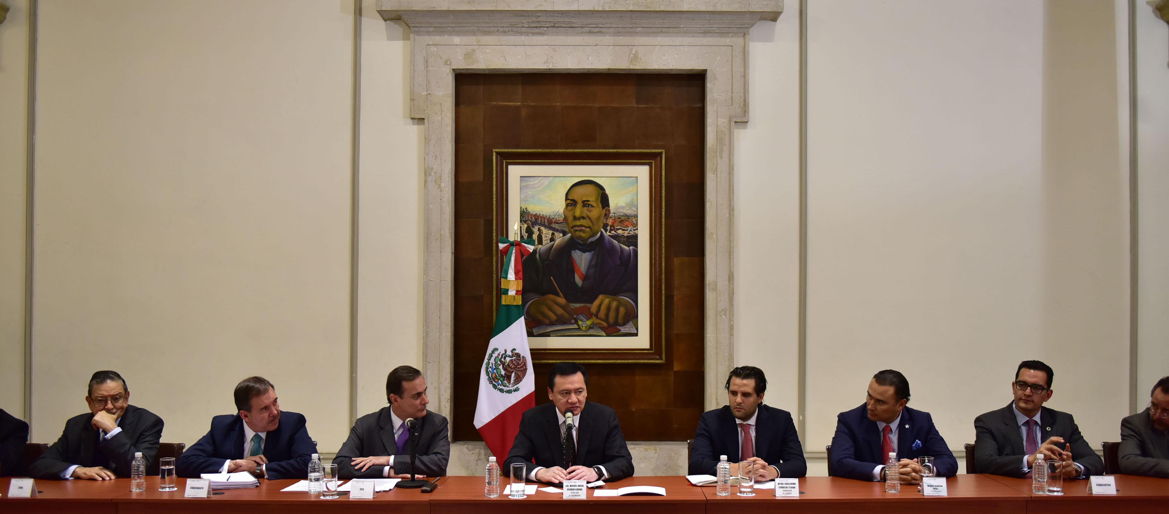 El Secretario de Gobernación, Miguel Ángel Osorio Chong, escucha los planteamientos y garantiza que el Gobierno de la República continuará trabajando para que la situación en Oaxaca se normalice.