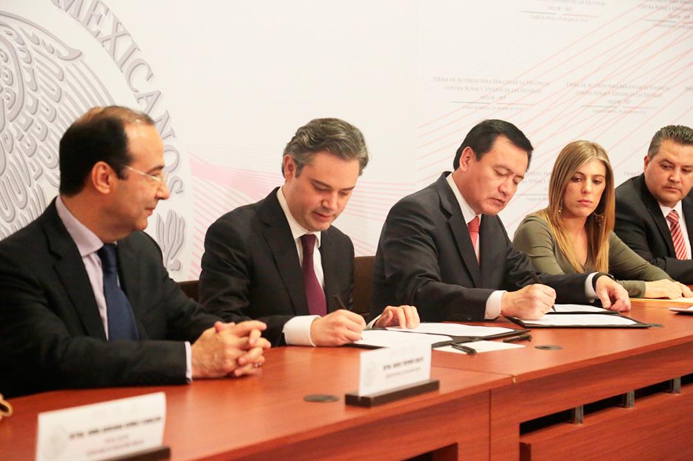Firma con el secretario de Gobernación acuerdo para combatir ese problema en planteles