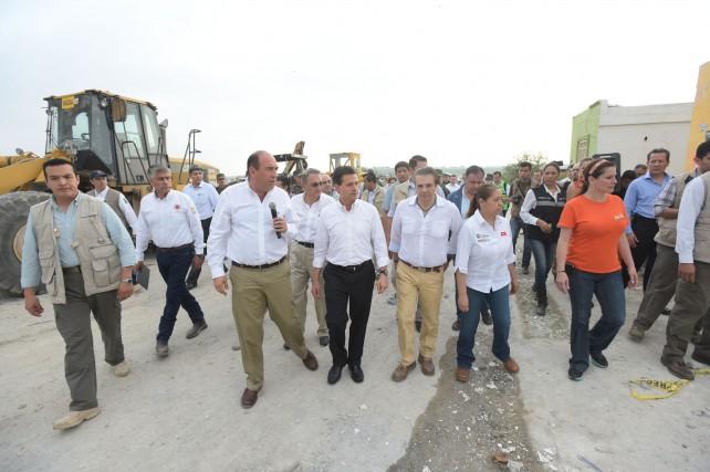 EPN realiza una segunda visita a la zona de devastada por el tornado en Ciudad Acuña.