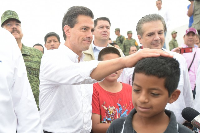 EPN atiende a familias afectadas por el tornado en Ciudad Acuña.