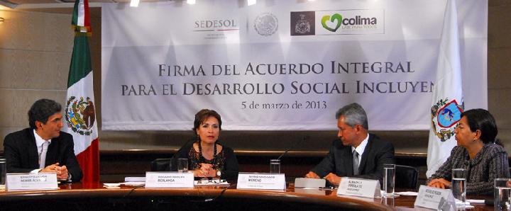 La secretaria de Desarrollo Social, Rosario Robles Berlanga, firma el Acuerdo Integral para el Desarrollo Incluyente – Cruzada Nacional Contra el Hambre con el gobernador de Colima.