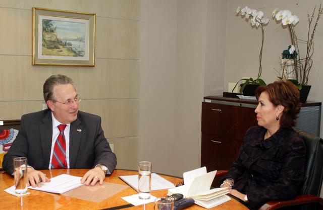 La titular de la Sedesol dialoga con el diplomático sobre la integralidad de la Cruzada en municipios urbanos y rurales.