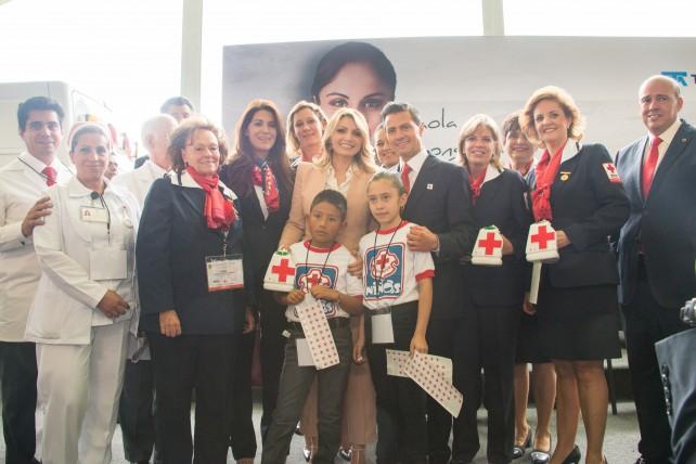 El Presidente de la República, Enrique Peña Nieto, acompañado de su esposa, Angélica Rivera de Peña, en la ceremonia de inicio de la Colecta Nacional 2015 de la Cruz Roja Mexicana.
