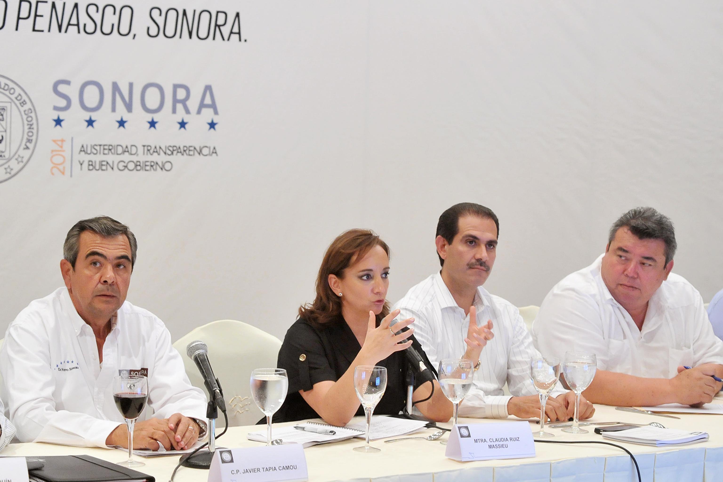 La Secretaria de Turismo, Claudia Ruiz Massieu, dialoga con los empresarios turísticos del estado de Sonora.