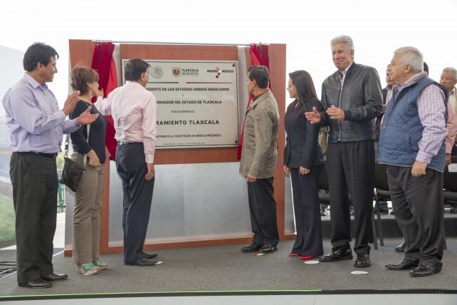 EPN devela placa de inauguración del Libramiento de Tlaxcala.