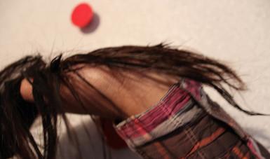 Jalarse el cabello.