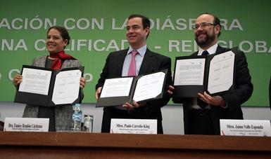 El Subsecretario para América del Norte Paulo Carreño King, la Directora del Instituto de Mexicanos en el Exterior Eunice Rendón Cárdenas, y el Secretario General Ejecutivo de ANUIES presentan el convenio firmado