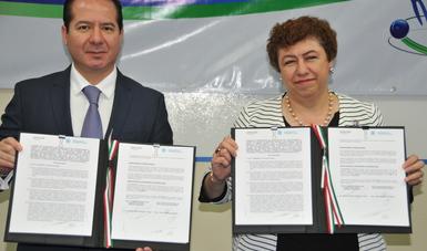 Comisionado Federal, licenciado Julio Sánchez y Tépoz y la Directora General del ININ, doctora Lydia Paredes Gutiérrez.