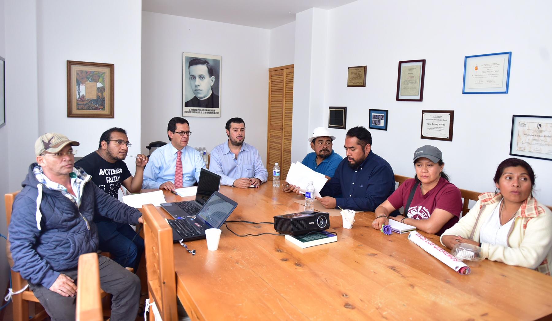 Reunión del Subsecretario de Derechos Humanos, Roberto Campa Cifrián, con familiares de los estudiantes desaparecidos de la Normal Rural Raúl Isidro Burgos.