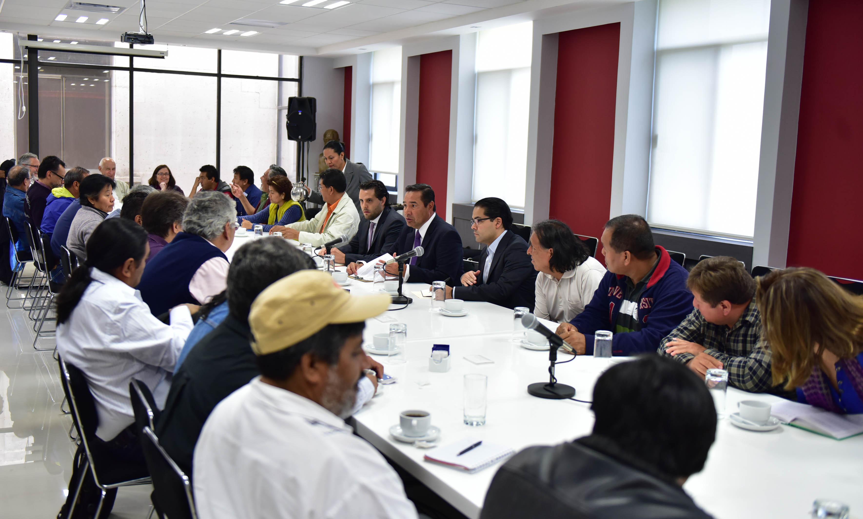El Subsecretario de Gobierno, Luis Enrique Miranda Nava, encabeza la mesa de diálogo con integrantes de SNTE-CNTE