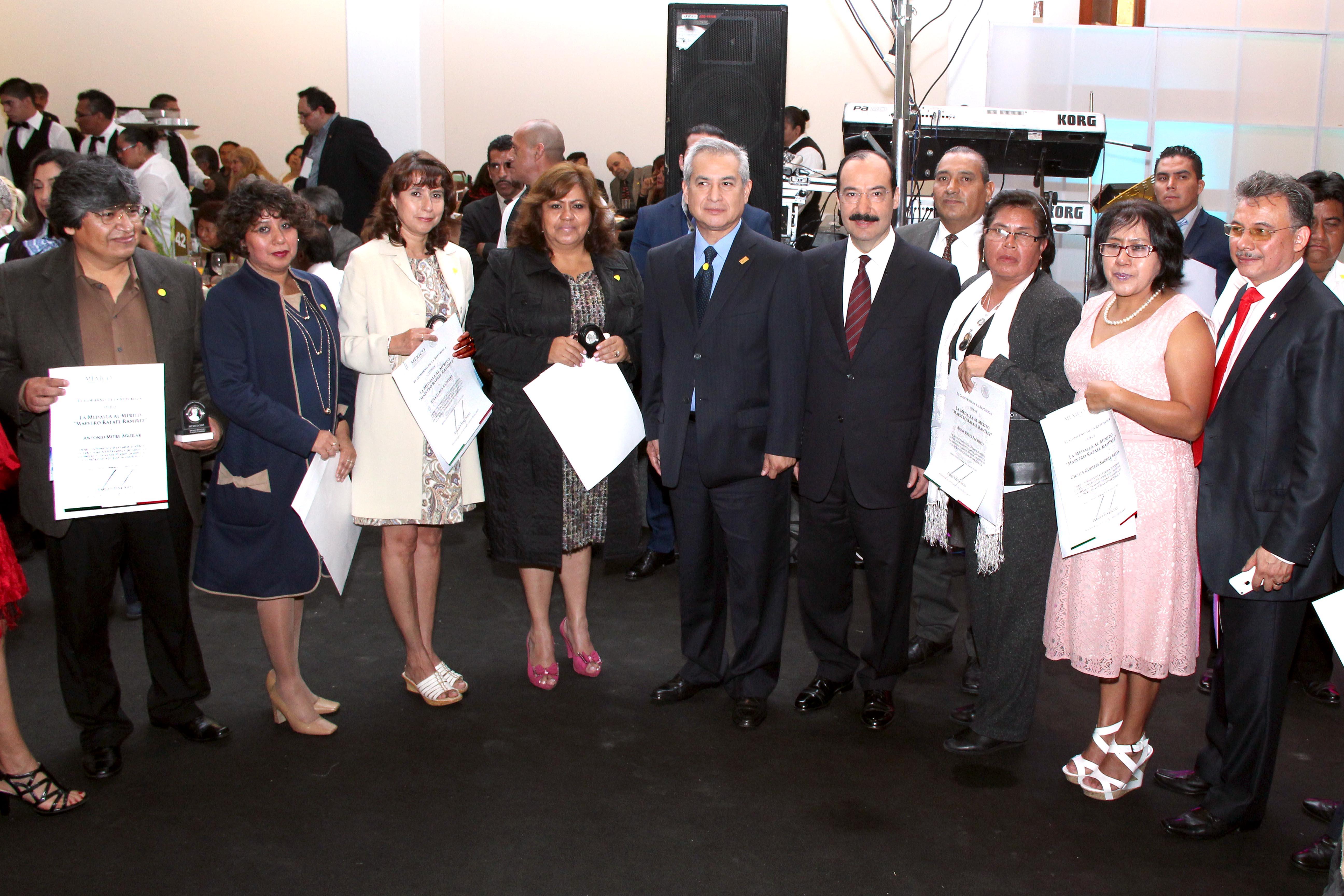 Entrega SEP a 425 maestros la condecoración Maestro Manuel Altamirano, y a 2 mil 922 la medalla Maestro Rafael Ramírez