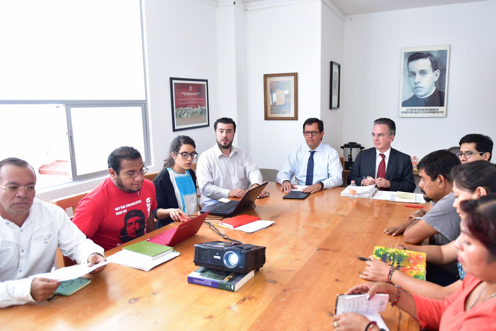 El subsecretario de Derechos Humanos, Roberto Campa Cifrián, junto con funcionarios de la PGR y SRE se reunieron con madres y padres de los estudiantes desaparecidos de la Normal Rural Raúl Isidro Burgos