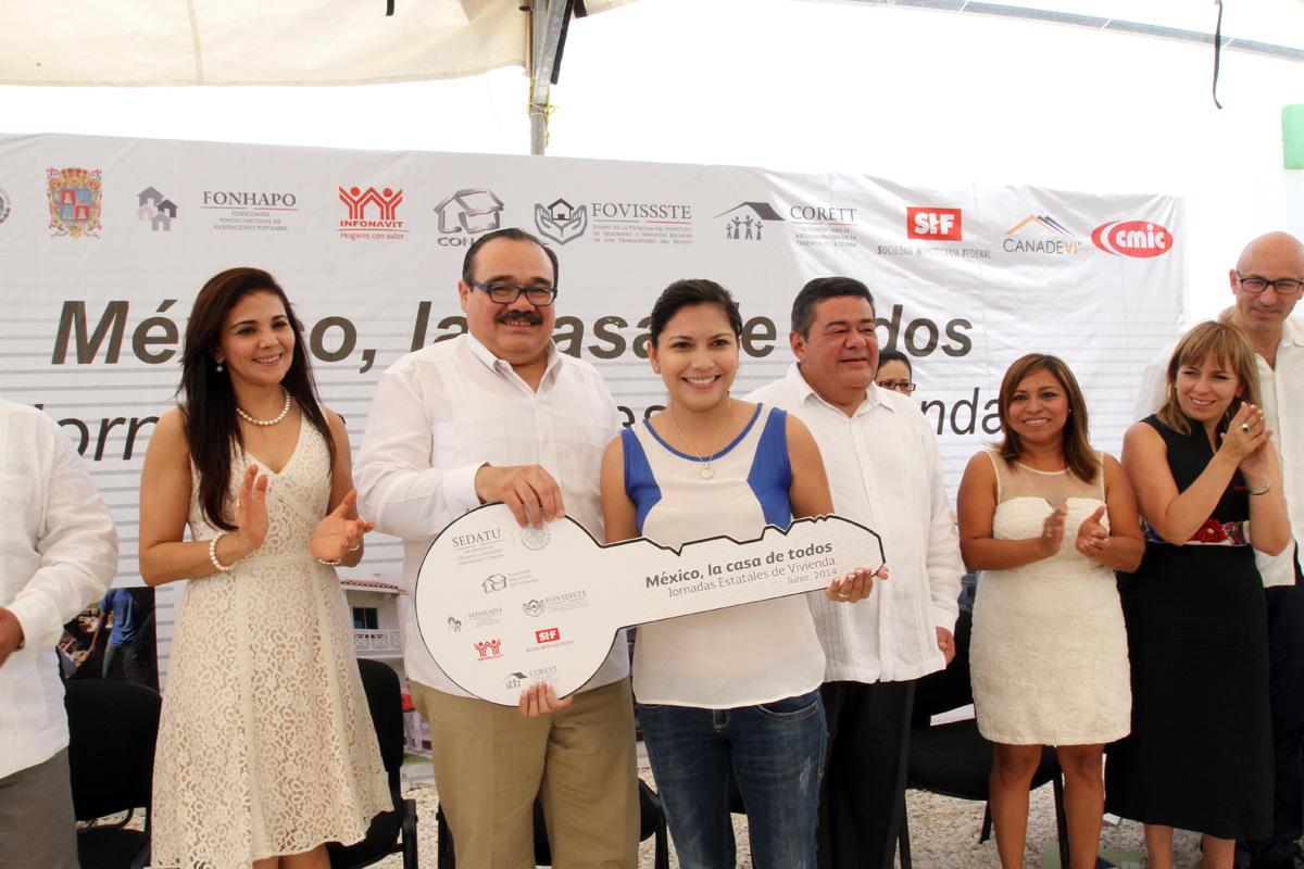 El secretario de Desarrollo Agrario, Territorial y Urbano, Jorge Carlos Ramírez Marín, encabeza la entrega simbólica de 5 viviendas de un total de 220 como parte de las acciones de la Cruzada Nacional contra el Hambre.