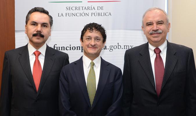 El Secretario de la Función Pública, Virgilio Andrade Martínez (centro), Javier Vargas Zempoaltecatl (izquierda), nuevo Subsecretario de Responsabilidades Administrativas y Contrataciones Públicas, y Julián Olivas Ugalde (derecha) Magistrado del TFJFA.