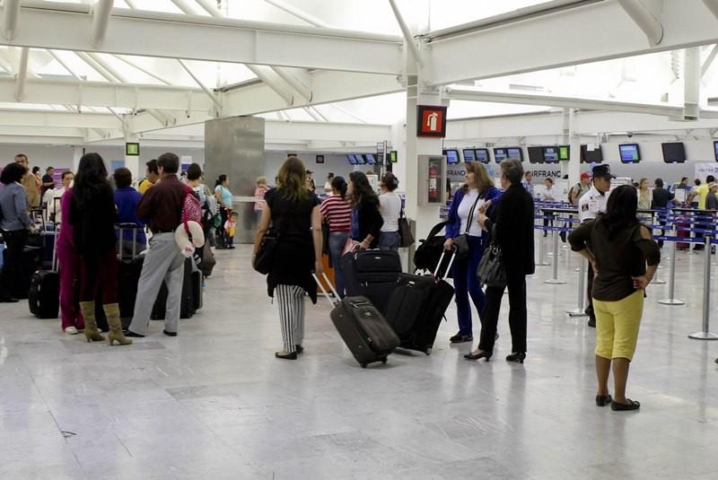 Pasajeros en aeropuerto.