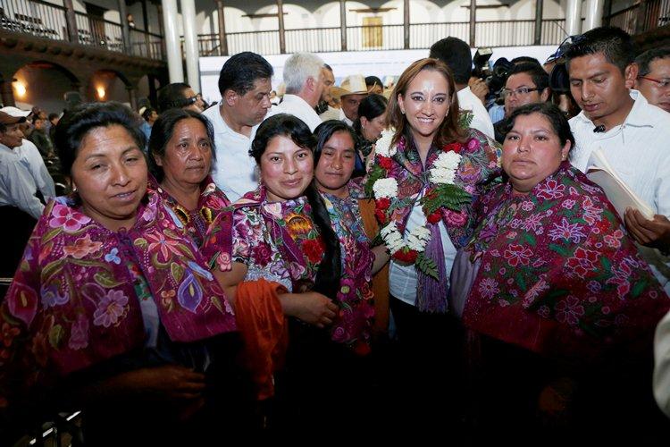 La Secretaria de Turismo, Claudia Ruiz Massieu, con mujeres de las comunidades indígenas en el estado de Chiapas.