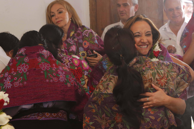 Claudia Ruiz Massieu, Secretaria de Turismo, abraza a una mujer chiapaneca en su gira de trabajo por San Cristobal de las Casas.