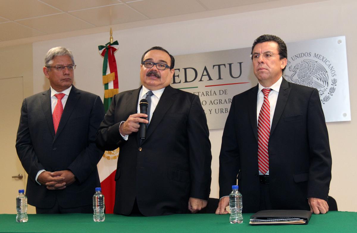 El titular de la Secretaría de Desarrollo Agrario, Territorial y Urbano (SEDATU), Jorge Carlos Ramírez Marín, dio posesión a Carlos Flores Rico como el nuevo director general del Fideicomiso Fondo Nacional de Fomento Ejidal (FIFONAFE).